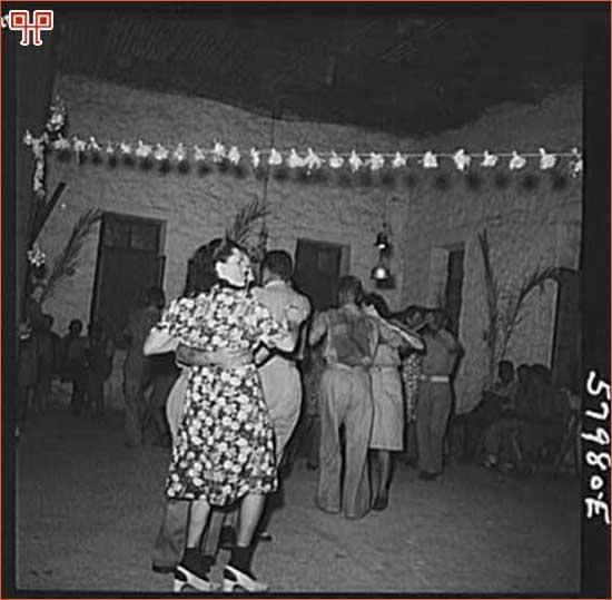 Slika 8: Ples u El Shattu. [45. http://popartmachine.com/item/pop_art/LOC+1379106/EL-SHATT,-THE-UNITED-NATIONS-RELIEF-AND-REHABILITATION... (pristupljeno 10. lipnja 2011.)]