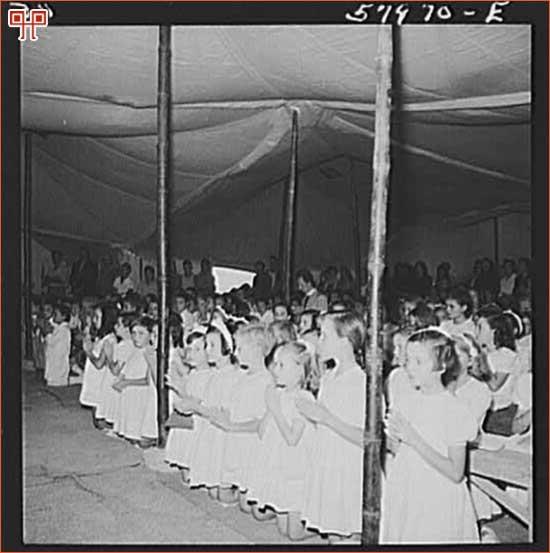 Slika 9: Prizor sa mise u El Shattu. [49. http://popartmachine.com/item/pop_art/LOC+1379096/EL-SHATT,-THE-UNITED-NATIONS-RELIEF-AND-REHABILITATION... (pristupljeno 10.lipnja 2011.)]
