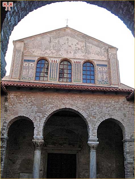 Pogled iz atrija na narteks i pročelje Eufrazijeve bazilike