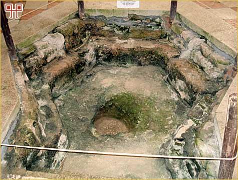 Šesterokutni krsni zdenac u baptisteriju zapadno od Eufrazijeve bazilike