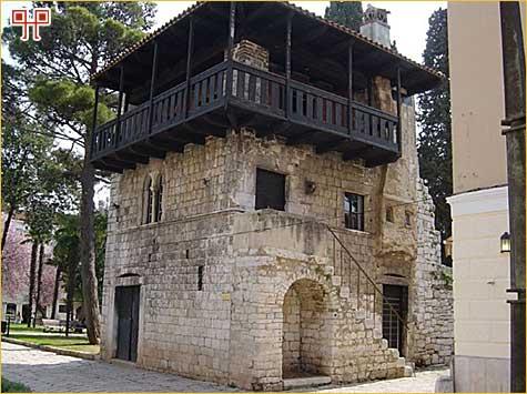Romanička kuća na kraju Decumanske ulice