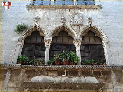 Dio pročelja gotičke kuće u Decumanskoj ulici