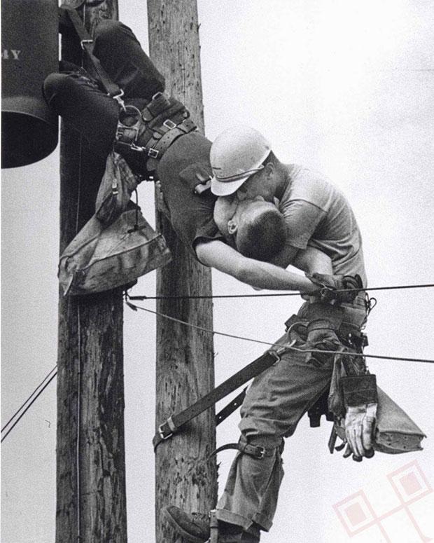 """""""Poljubac života"""" - radnik elektre oživljava prijatelja nakon udara struje. (Ne)sretnik je preživio. (1967.)"""