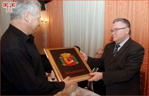 Poseban poklon za doprinos radu Udruge primio je gradonačelnik Zdravko Ronko