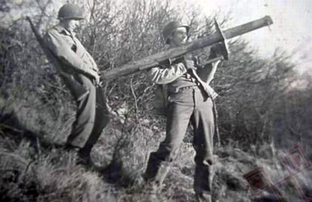 Američki vojnici se igraju bazukom (1940te)