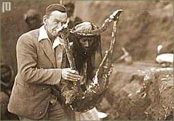 Leonard Woolley drži liru pronađenu 1929. godine u Uru