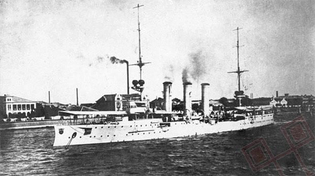 """Krstarica """"Emden"""" u njemačkoj luci Tsingtao, Kina."""