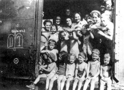 HPP - Kastner_train_passengers_from_Bergen-Belsen_to_Switzerland,_1944