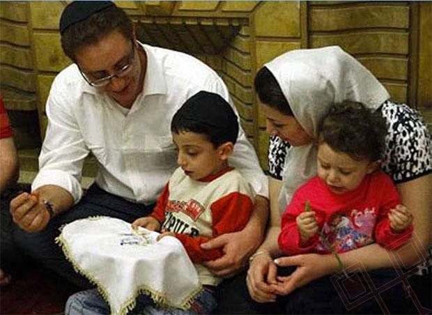 Iranska obitelj s tacnom macesa tijekom Pesaha u Teheranu
