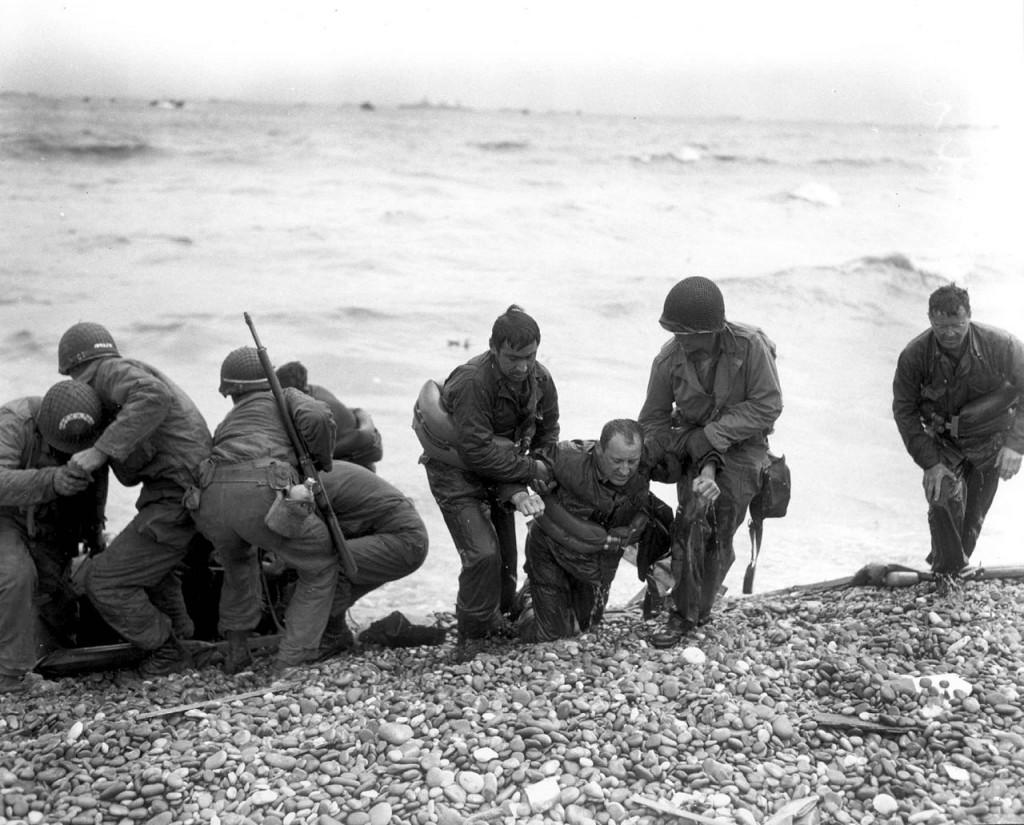 Drugovi izvlače ranjenika iz mora, na šljunak