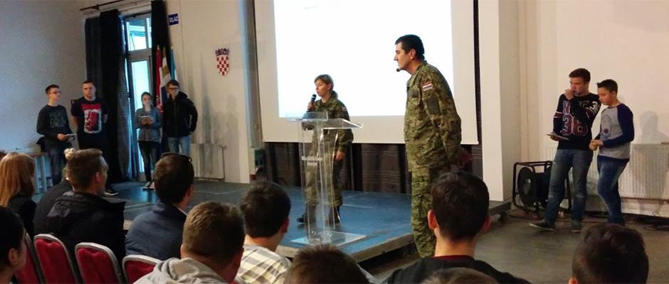 Par učenika iz svake škole preko tableta odgovara na ABC pitalice o bitci za Vukovar - pitanja i bodovi se prikazuju na projekciji