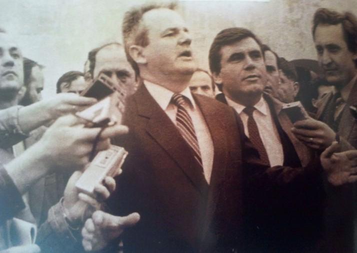 Prilog 3 – Milošević (desno od njega je Azem Vllasi, šef kosovske Partije) na Kosovu 1987. godine, preuzeto iz: Radelić, Zdenko, Hrvatska u Jugoslaviji 1945.-1991. (od zajedništva do razlaza), Školska knjiga, Zagreb 2006.