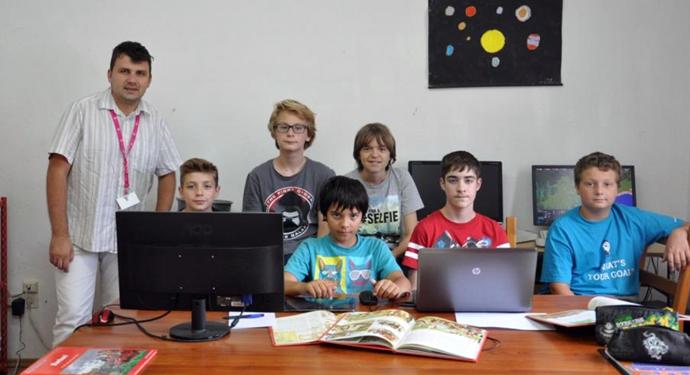 Ekipa Mission completed-a (s lijeva na desno (drugi red): Goran Đurđević (mentor), Lovro Mirković, Sami Perković, (prvi red): Niko Pisker, Rio Raljević, Jakov Schramadei, Matej Terlević)