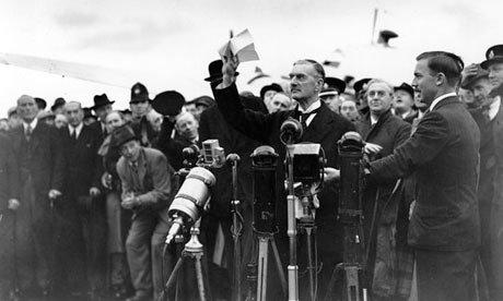 Povijesna fotografija Nevillea Chamberlainea – nakon dolaska u londonsku zračnu luku rekao je da münchenski sporazum znači peace for our time (eng. mir za naše vrijeme)
