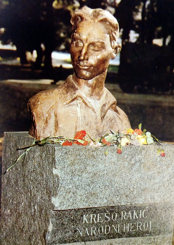 Uklonjeni spomenik u Gradskom parku u Metkoviću