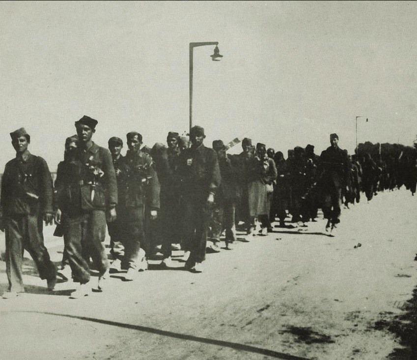 Borci 28. Slavonske udarne brigade na Savskom mostu, 8. svibnja 1945.